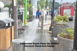 Bersama-sama Bersihkan Jalan Kota dari Abu Vulkanik
