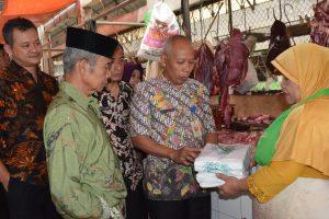 RPH Salatiga Pasang Spanduk Halal di Kios Pedagang Daging