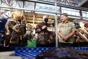 Kunjungi Pasar Blauran, Menteri Teten Borong Tempe Daun