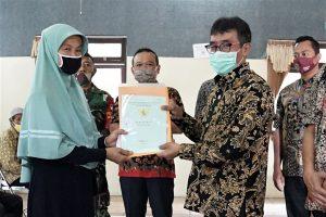 Wawali Serahkan 117 Sertipikat PTSL Milik Warga Kelurahan Blotongan