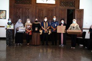 Wali Kota Serahkan Bantuan Perempuan Rawan Sosial Ekonomi